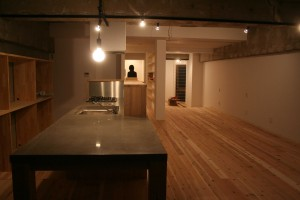 PC板を使ったキッチン&ダイニング。横江コンクリートとカンエツさんのご協力でできました。